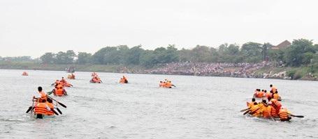 Sông Thạch Hãn như dậy sóng bởi hội đua thuyền