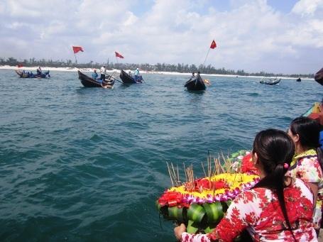 Thả hoa trên biển tri ân các liệt sĩ