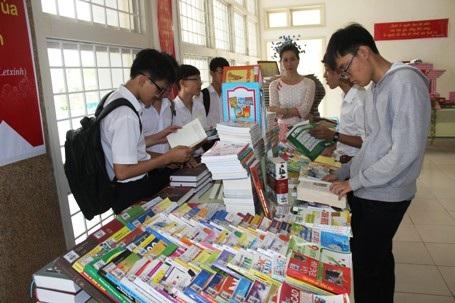 Khu vực trưng bày sách liên quan đến các môn học được nhiều học sinh chú ý