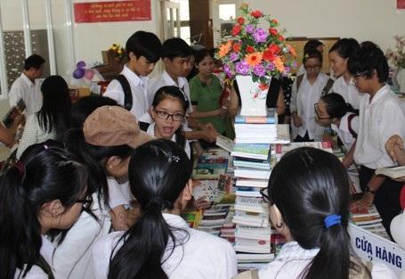 Triển lãm sách thu hút sự chú ý của rất nhiều bạn trẻ thuộc lứa tuổi học sinh