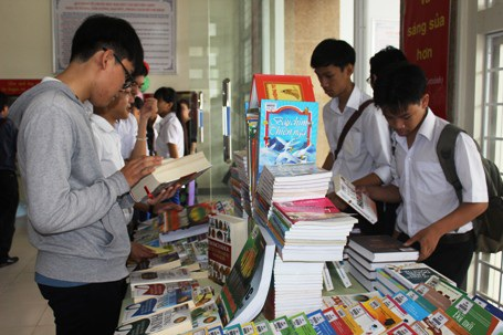 Ban tổ chức tặng sách cho một số đơn vị quân đội, cơ sở giáo dục miền núi