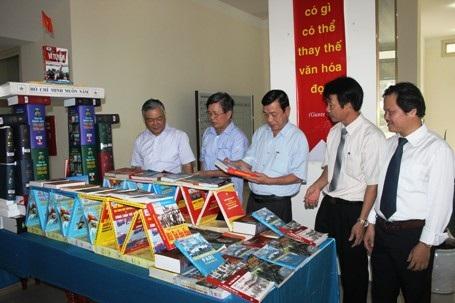 Các sách lịch sử được trưng bày theo mô hình di tích cầu Hiền Lương