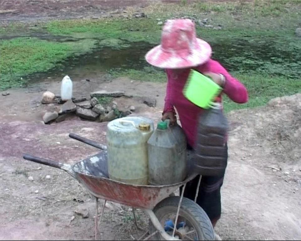 Người dân các địa phương vùng Lìa phải đi lấy nước từ các khe suối đã cạn khô