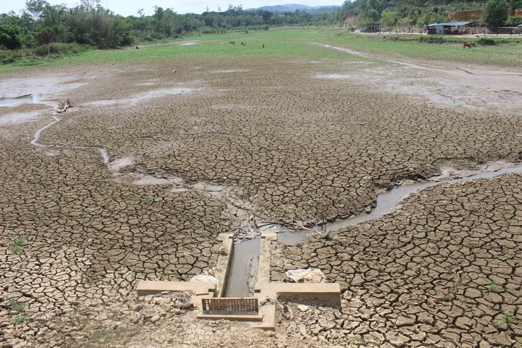 Hồ nước Khe Sanh bị cạn nước, đất đai nứt nẻ
