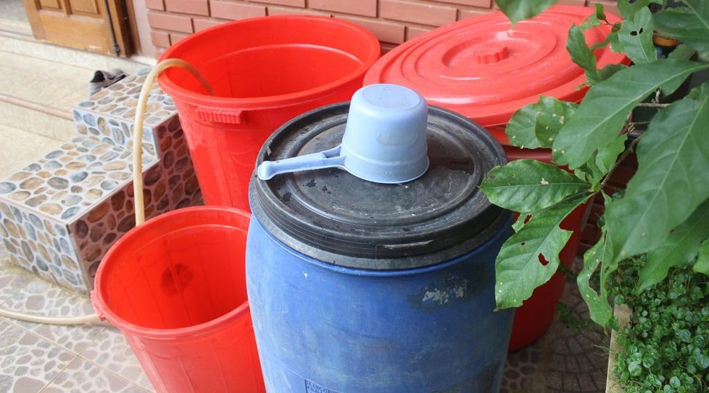 Để có nước sinh hoạt, gia đình bà Hiệp phải mua dụng cụ để chứa
