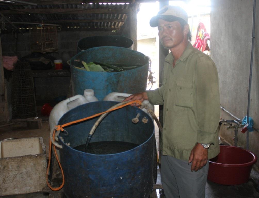 Bị cắt nước liên tục, ông Chiến phải đi mua nước bên ngoài