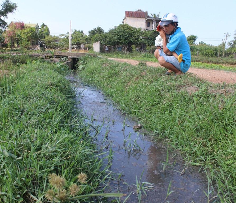 Do không được xử lý triệt để nên nước thải từ những điểm sản xuất này cứ chảy ra môi trường