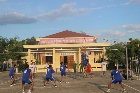 Các phạm nhân giao lưu bóng chuyền với lực lượng đoàn viên, thanh niên