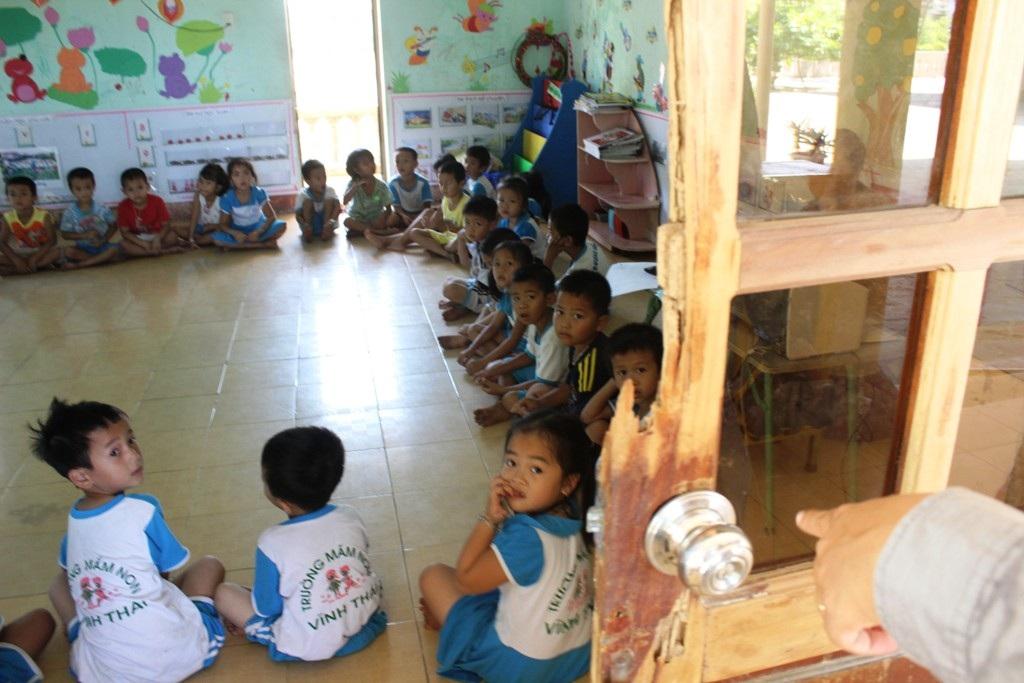 Cánh cửa gỗ bị mối ăn mòn dần, gây ảnh hưởng đến việc học tập của các cháu.