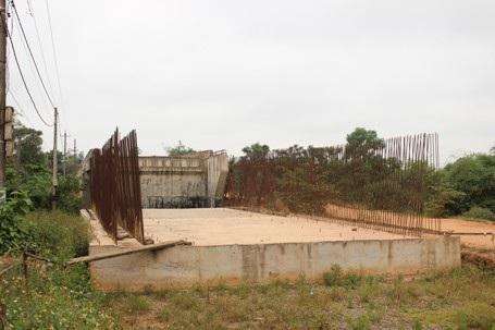 Phần lõi sắt trơ trọi tại cầu Trắng
