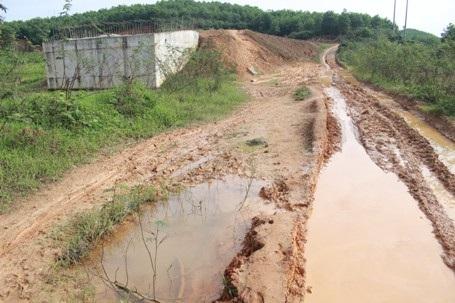 Những ngày mưa, người dân thôn Trấm phải đi lại trên con đường nhão nhoẹt bùn đất