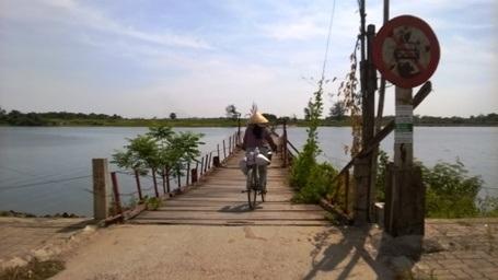 Từ ngày có cầu phao bắc qua sông Thạch Hãn, người dân các địa phương đi lại thuận tiện hơn trước.