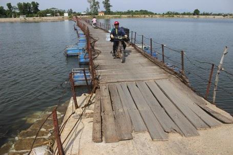 Lối dẫn lên cầu rất sơ sài, thiếu an toàn.