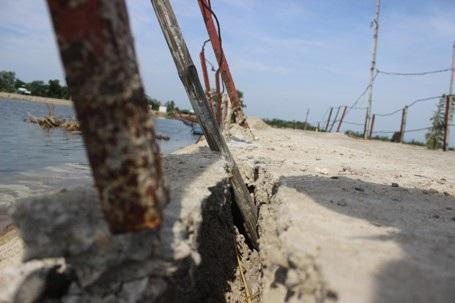 Nhiều thanh sắt hai bên cầu bị gỉ rét, các mảng bê tông bị bong tróc, không có sự gắn kết.