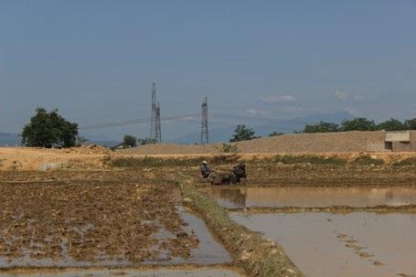 Bà con nông dân ở một số vùng trũng tranh thủ dẫn nước vào ruộng để gieo sạ cho kịp thời vụ