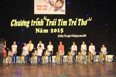 Đại diện Qũy bảo trợ trẻ em tặng xe đạp cho học sinh nghèo