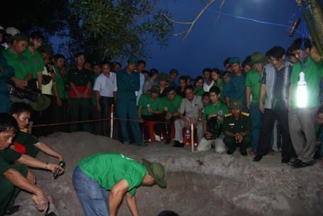 Việc khai quật, cất bốc thường được tổ chức vào ban đêm để tránh bị phát hiện