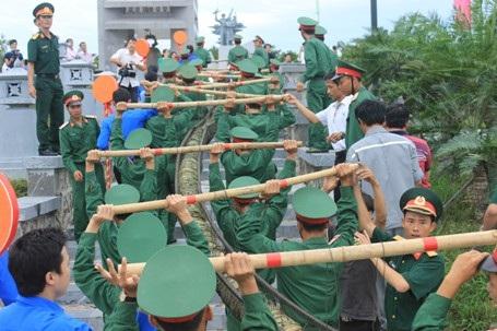 Các chiến sĩ bộ đội đưa bánh vào đài chính để dâng lên các liệt sĩ