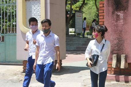 Tiết trời rất nóng đã phần nào ảnh hưởng đến việc làm bài thi của thí sinh