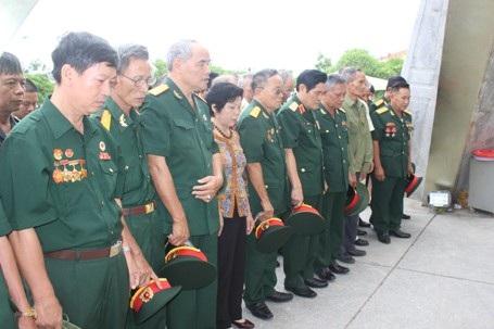 Các cựu chiến binh thể hiện sự thành kính trước anh linh các liệt sĩ