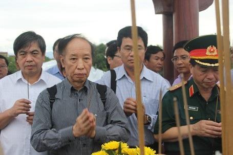 Tổng Biên tập Báo Dân trí Phạm Huy Hoàn dâng hương tri ân các anh hùng, liệt sĩ