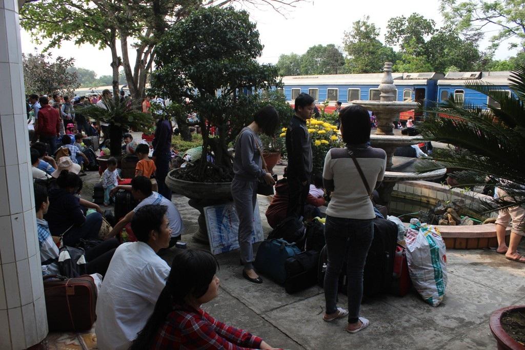 Gần 600 hành khách phải chờ đợi tại ga Quảng Trị suốt từ đêm qua