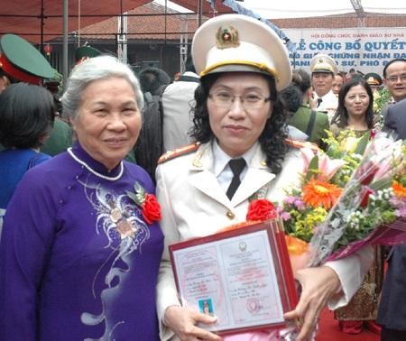 Nữ PGS đầu tiên của lực lượng vũ trang Công an nhân dân  - 2