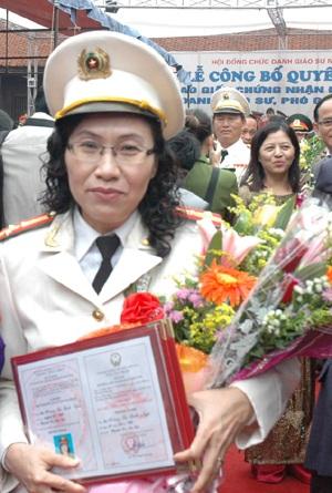 Nữ PGS đầu tiên của lực lượng vũ trang Công an nhân dân  - 1