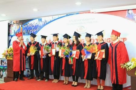 Lãnh đạo Trường ĐH Nguyễn Trãi trao bằng cho sinh viên tốt nghiệp xuất sắc.