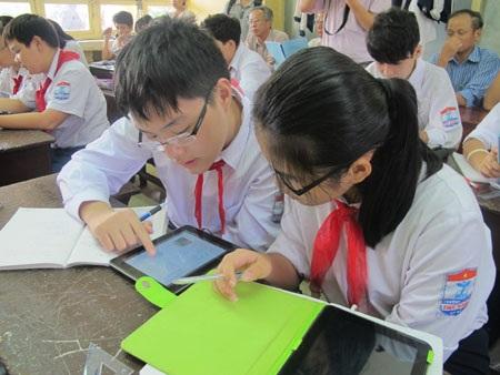 Học sinh xem bộ sách giáo khoa điện tử.