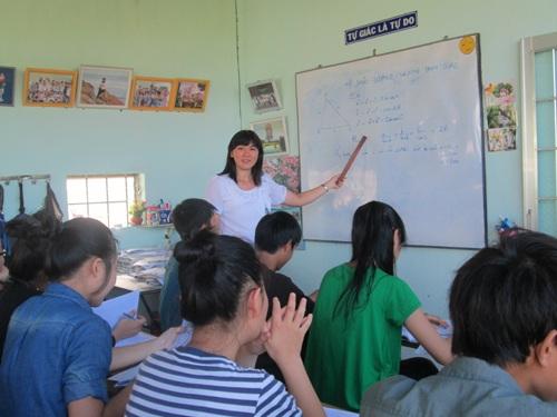 Cô Giang đang giảng dạy cho học sinh.