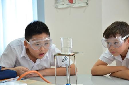 Học sinh thực hành khoa học tại trường BVIS.