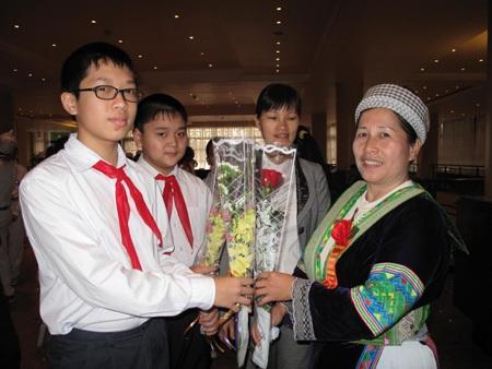 Học sinh Hà Nội chúc mừng đại biểu về dự Đại hội Gia đình hiếu học lần thứ II