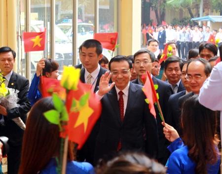 Sinh viên Trường ĐHKHXH&NV chào đón Thủ tướng Lý Khắc Cường.