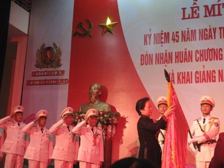 Thừa ủy quyền của Chủ tịch nước, Phó chủ tịch nước Nguyễn Thị Doan đã gắn
