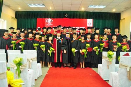 Học viên MBA nhận bằng tốt nghiệp.