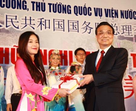 Thủ tướng Trung Quốc Lý Khắc Cườngtrao tặng sáchđến sinh viên Trường ĐHKHXH&NV.