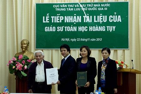 Khối tài liệu của GS Hoàng Tụy bàn giao cho Trung tâm Lưu trữ quốc gia III.