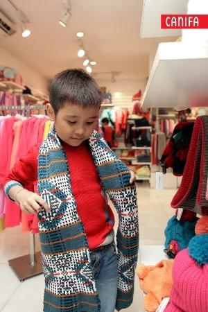 Nhật Minh thích thú chọn khăn mũ len