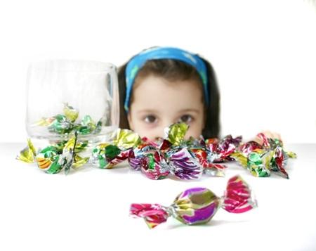 """Kẹo ngọt chính là 1 trong các """"thủ phạm"""" khiến bé biếng ăn và bị RLTH trong ngày tết (Ảnh internet)"""