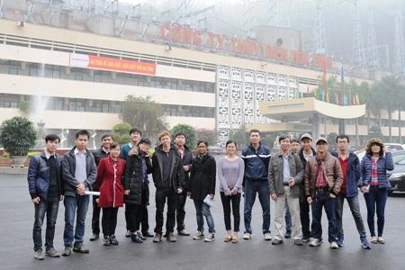 Ảnh chụp sinh viên USTH trong chuyến đi thực tập tại Công ty Thủy điện Hòa Bình