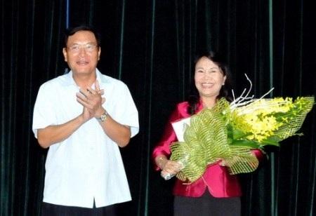 Bộ trưởng Bộ GD-ĐT chúc mừng Thứ trưởng Nguyễn Thị Nghĩa. (Ảnh: Bá Hải)