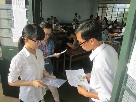 Cán bộ coi thi luôn đối chiếu ảnh Chứng minh nhân dân với thẻ dự thi của thí sinh