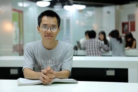 Sinh viên Quốc Trung đang ngồi học tại Thư viện của trường