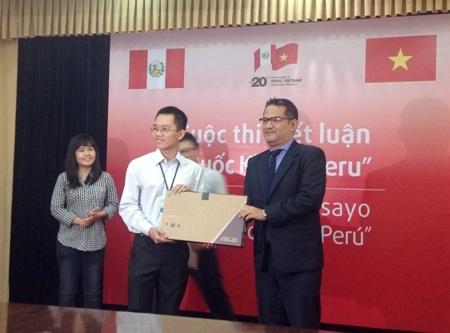 Sinh viên Quốc Trung nhận giải từ Đại sứ PERU