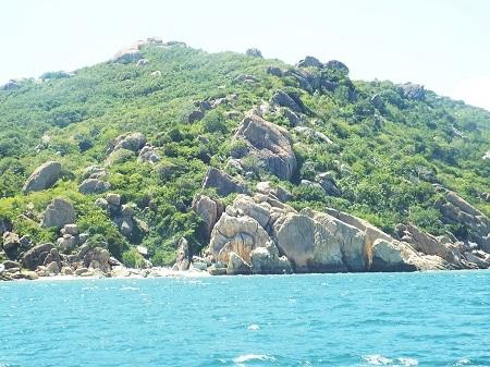 Đường đến đảo Bình Ba với nhiều hòn đảo, cảnh quan rất xinh đẹp.