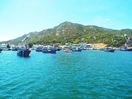 Tàu thuyền neo đậu yên bình, hiền hòa phía trước đảo Bình Ba.