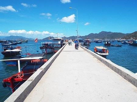 Cầu cảng dẫn du khách vào thăm đảo Bình Ba.