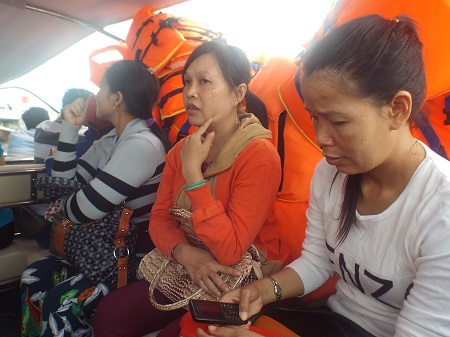 Hành khách đi trên ca nô KH-0696 không khỏi bất an sau khi ca nô bất ngờ chết máy giữa biển