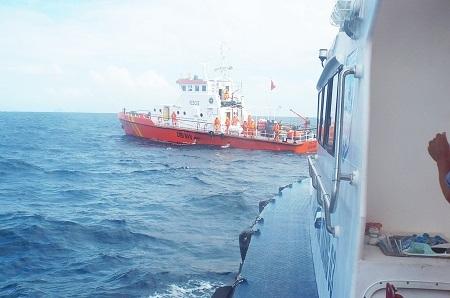 Thời tiết trên biển có gió mùa đang gây khó khăn cho việc tìm kiếm 8 thuyền viên mất tích